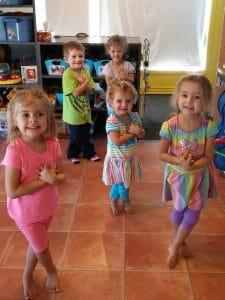 Des enfants font du Brain Gym au service de garde de Julie Veilleux